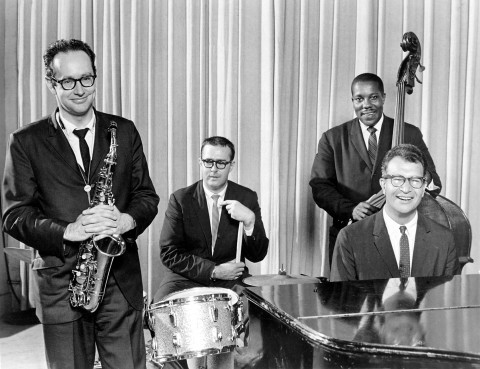 AHKM9J DAVE BRUBECK  US jazz musician on piano with from left Paul Desmond, unknown, Gene Wright
