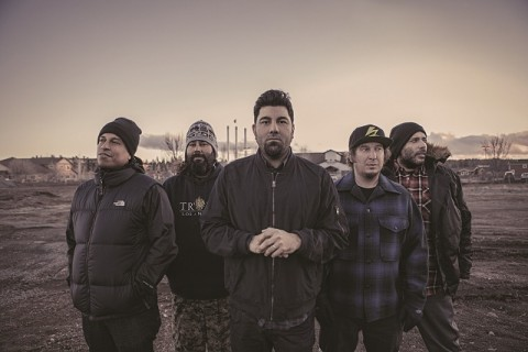 (From left) Sergio Vega (bass), Abe Cunningham (drums), Chino Moreno (vocals), Frank Delgado (keyboards), Stephen Carpenter (lead guitar). Photo by Frank Maddock.