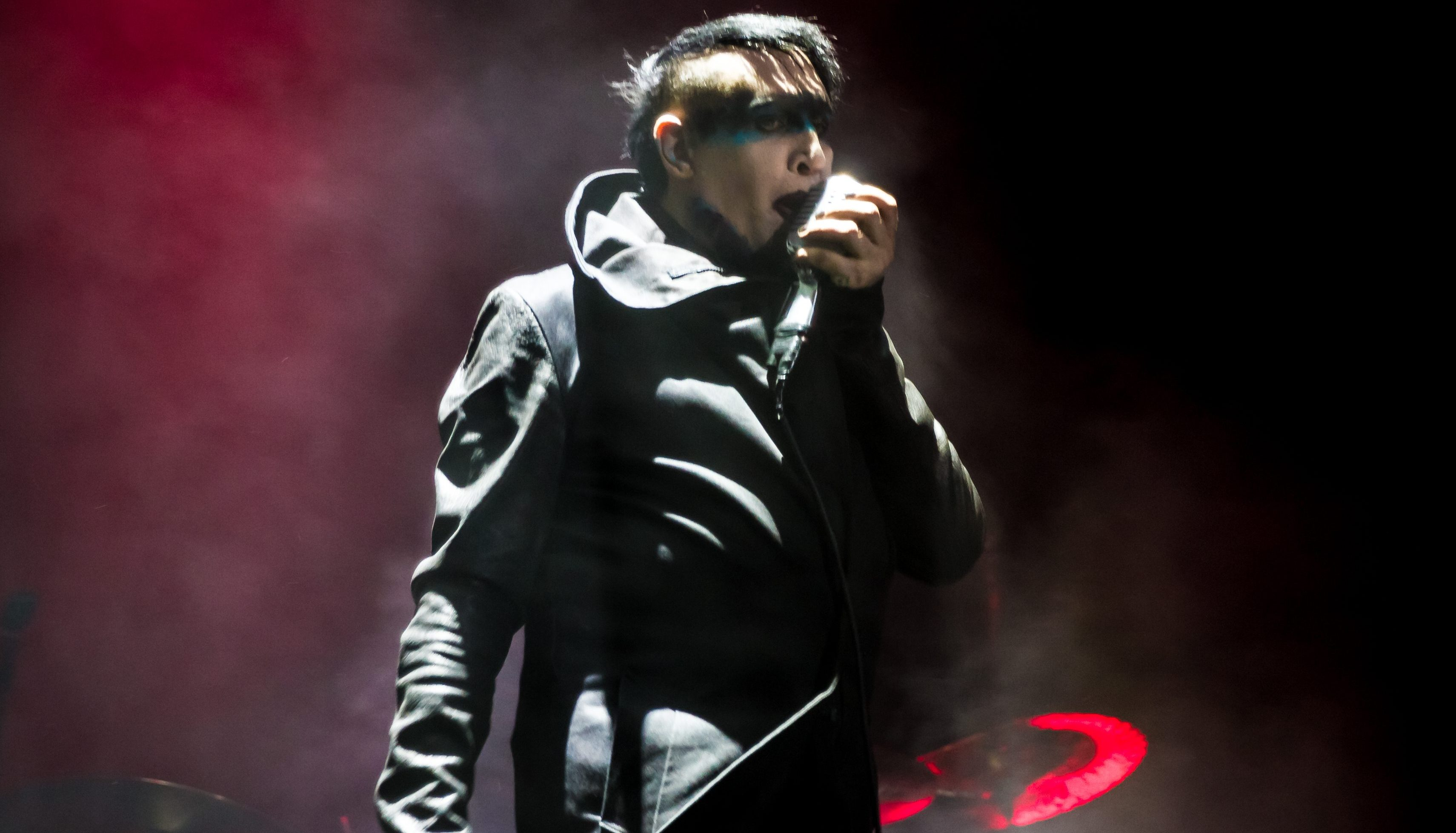 marilyn manson crushed by stage prop cuts new york show short. Black Bedroom Furniture Sets. Home Design Ideas